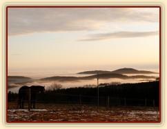 Ranní mlhy v údolí, východ slunce