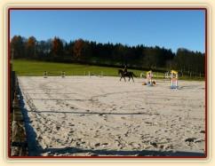 22.11.2014 - Naše nová písková jízdárna o rozměrech 25 x 60 metrů je hotová :-)