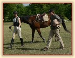 Spokojený jezdec a unavený kůň po crossu