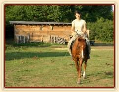 """Janek jde na jízdárnu, v pozadí naše """"bouda"""" pro koně :-)"""