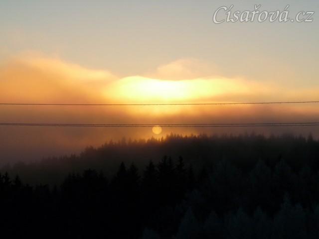 Východ slunce s mlhou
